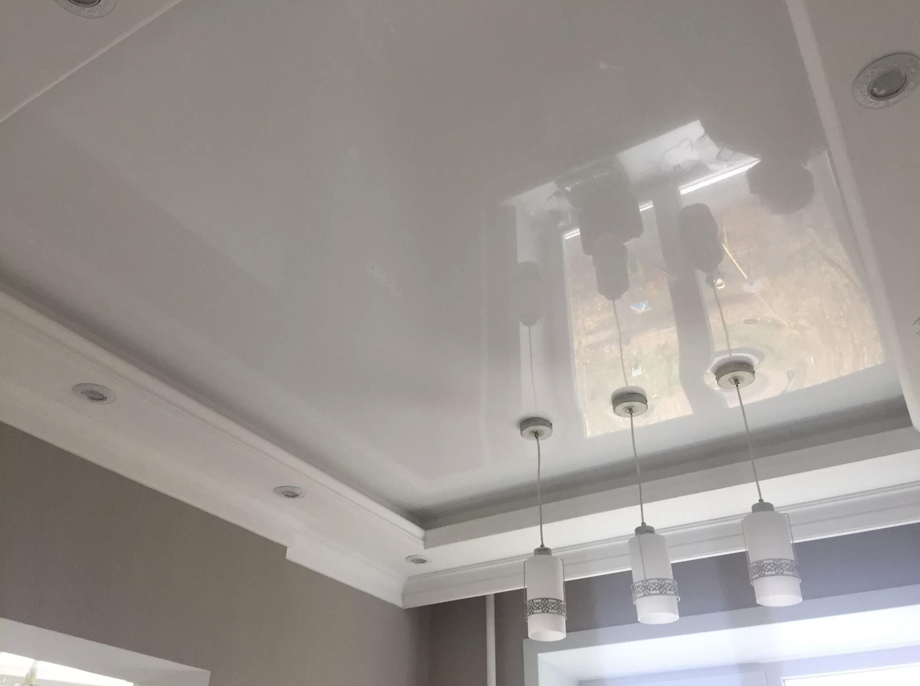 Глянцевый потолок на кухне с двумя уровнями в Архангельске
