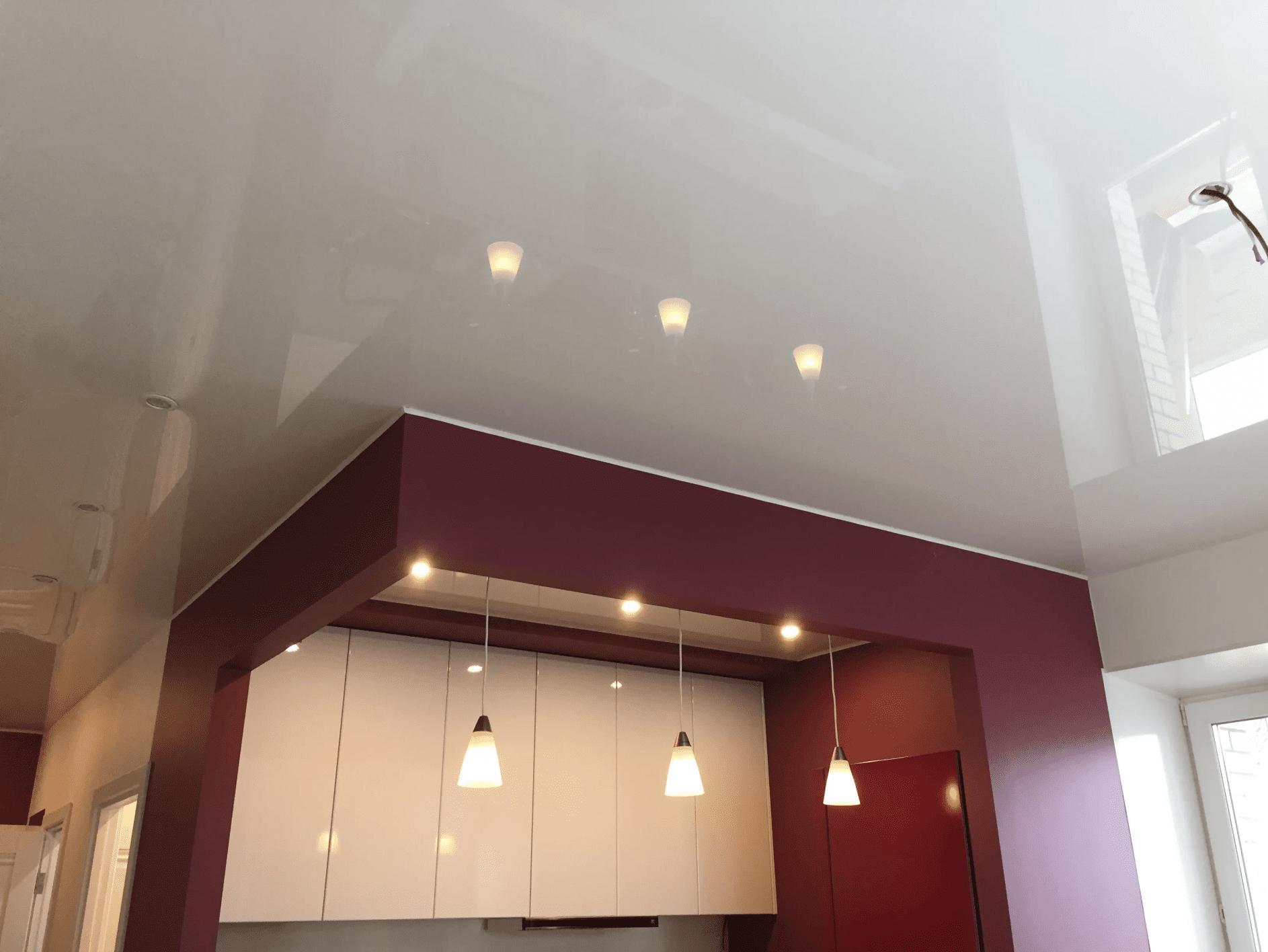 белый глянцевый потолок в гостиной в Архангельске