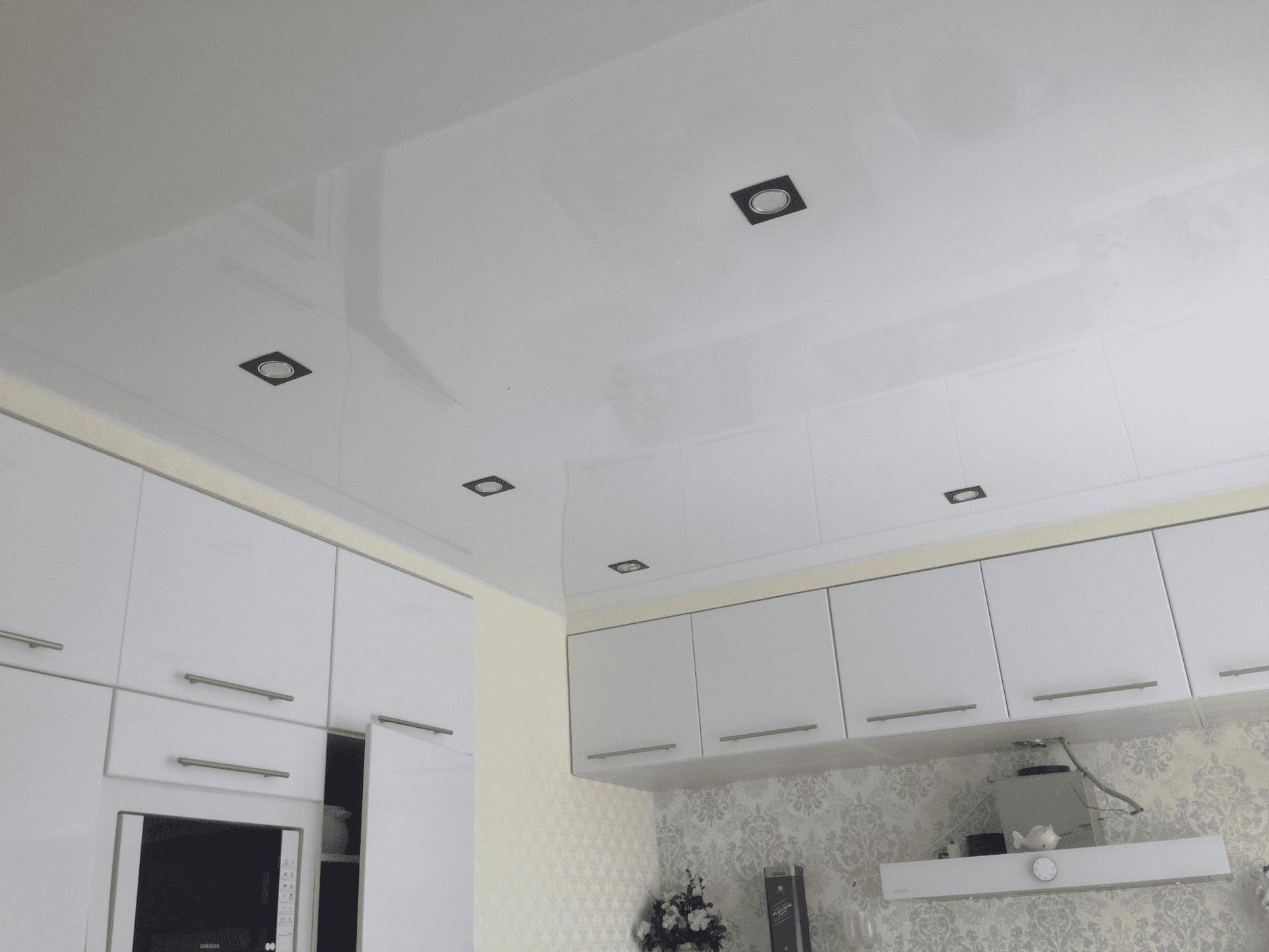 Белый глянцевый потолок на кухне в Архангельске