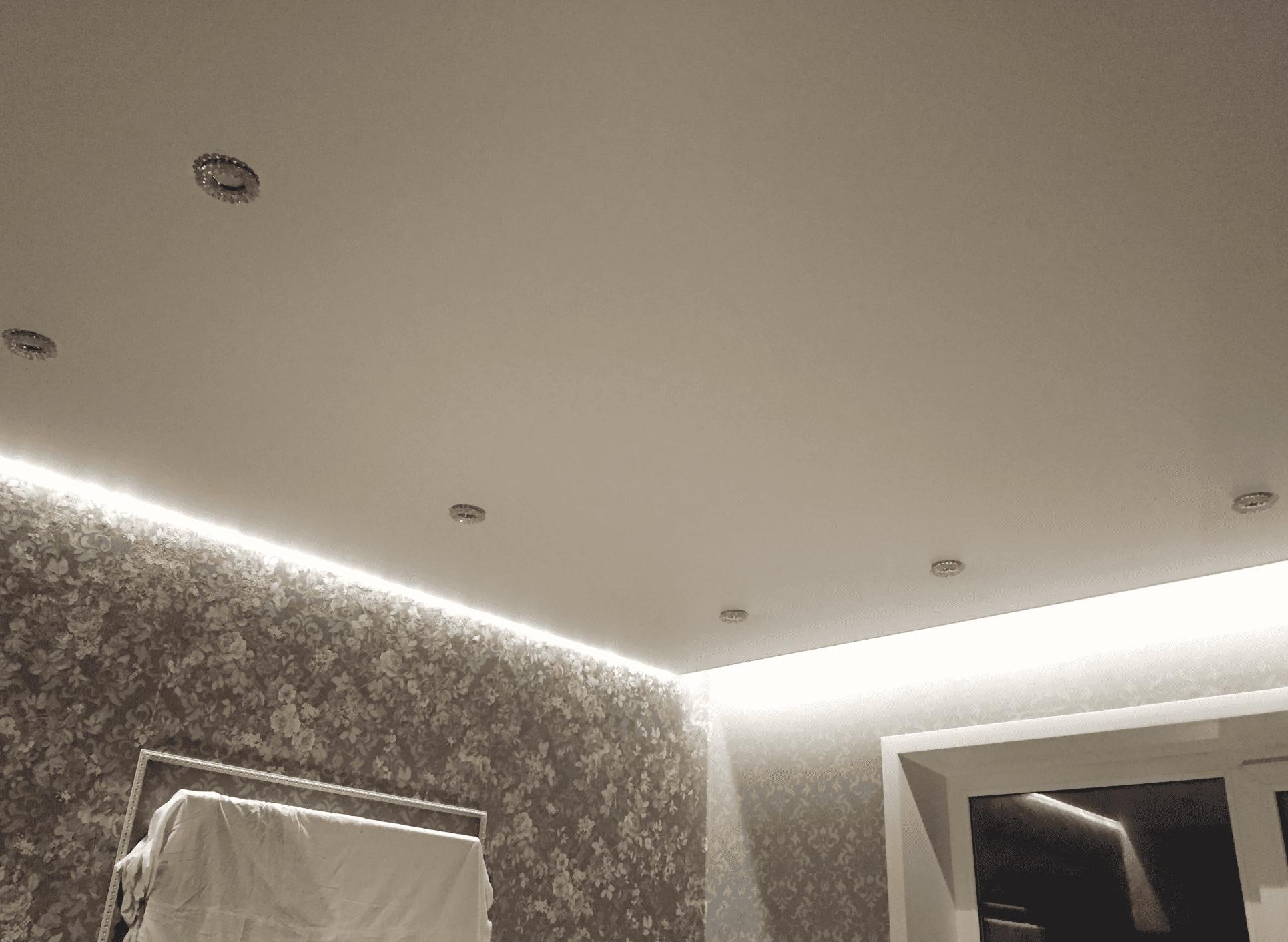 Сатиновый натяжной потолок в спальне Архангельск