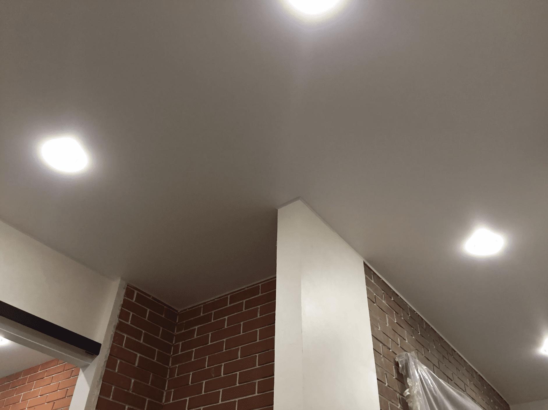 Сатиновые натяжные потолки в коридоре Архангельск