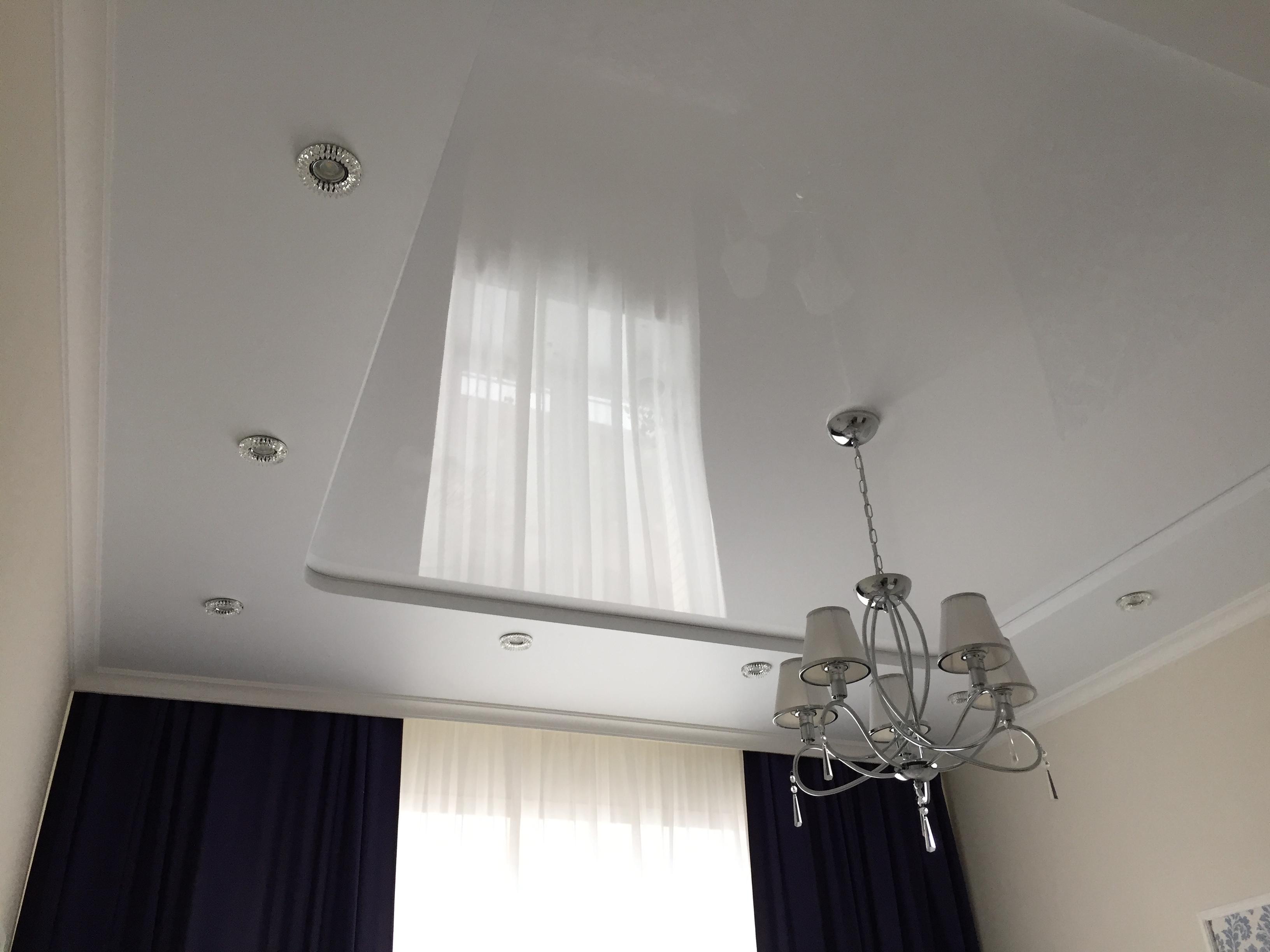 двухуровневый потолок в спальне с отступом под карниз в Архангельске